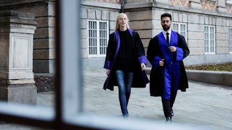 To anklagere går udenfor