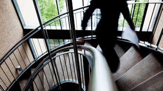 Anklager går ned ad trappe